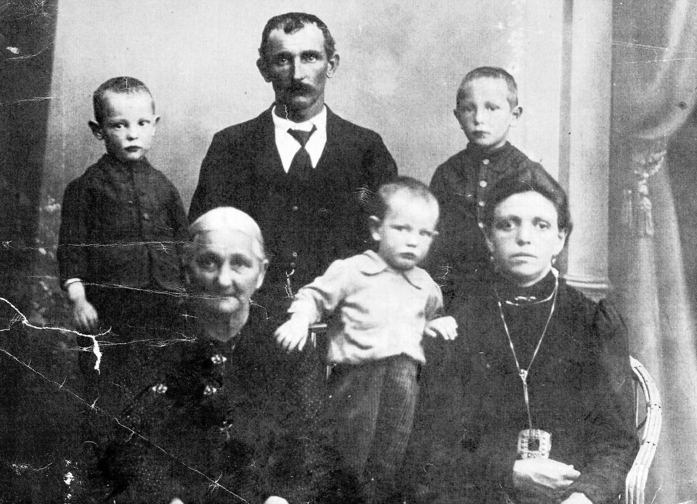 12-061-spor-anno-1917-il-nonno-bepi-in-congedo-dalla-guerra-con-lo-zio-angelo-e-la-bisnonna-maria-1